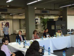 A relatora geral do Seminário, Gislaine Batista, repassa o conjunto de proposições ao DPU, Haman Tabosa.