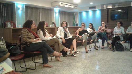Maria Gabriela Peixoto, Soraia Mendes y Luciana Boiteux conforman el debate, coordinado por la defensora pública Patrícia Magno.