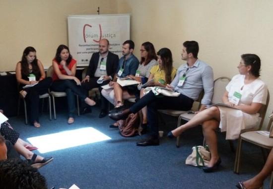 Élida Lauris publiciza os produtos lançados pelo Fórum Justiça e contextualiza a Oficina
