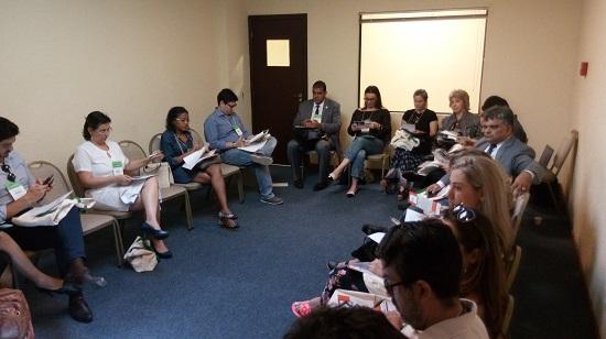 Participantes analisam o material entregue na Oficina