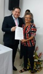 Josinete Pinto entrega carta ao Defensor-Geral Federal Carlos Paz