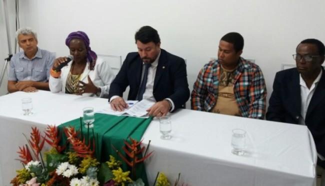 Mesa com os movimentos na inauguração da nova sede da DPU em Volta Redonda